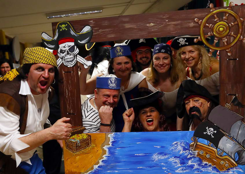Kalózok és tengerészek az iskolában - így mulattunk a felnőtt farsangi bálon