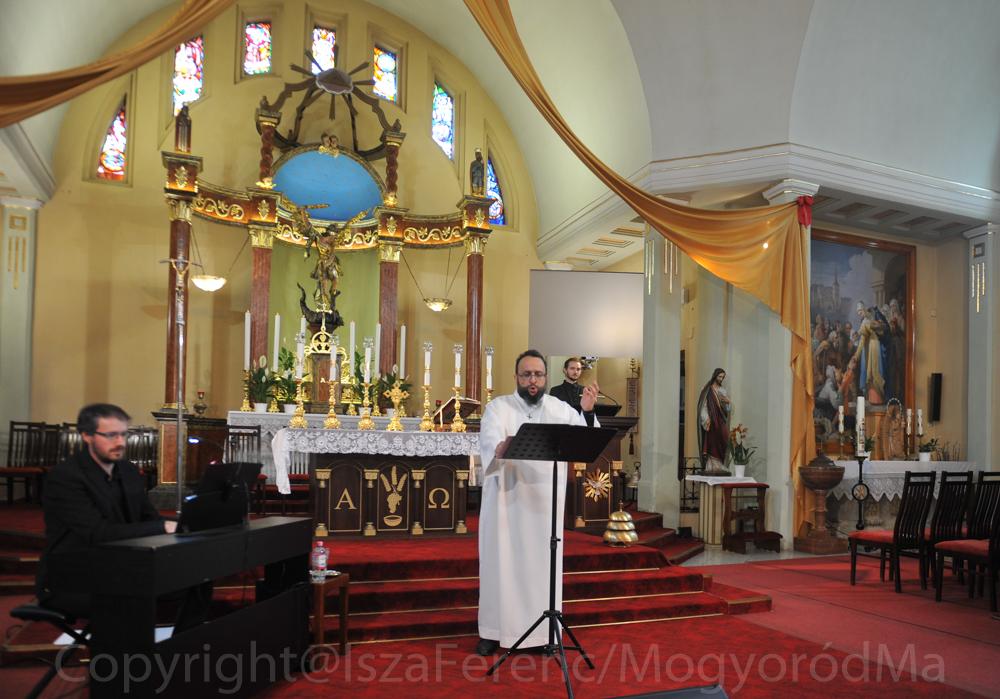 Szerekován János énekel a mogyoródi Szent Mihály Főangyal Plébániatemplom oltára előtt