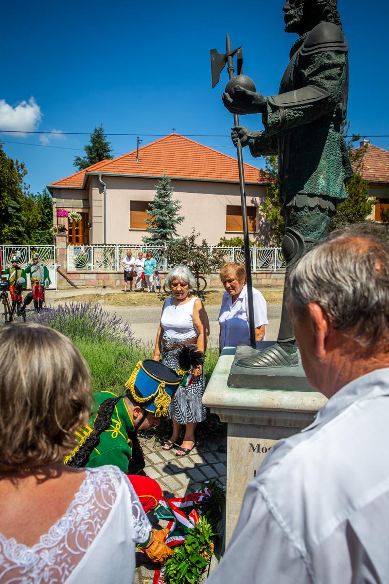 Koszorúzás a Szent László szobornál